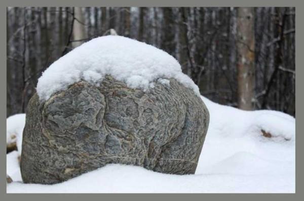 stone-snow-post